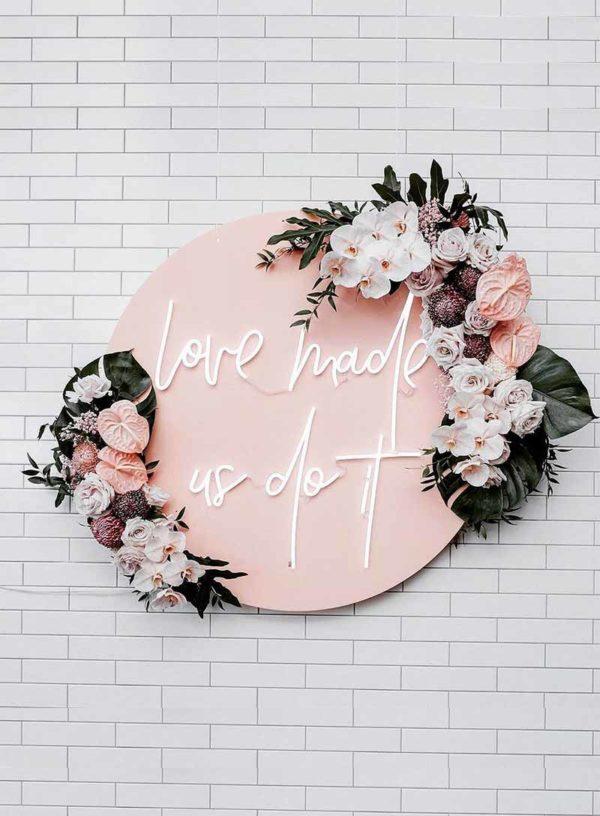 Produktbild_Neonschriftzug_love_made_us_do_it_800x1088px-1
